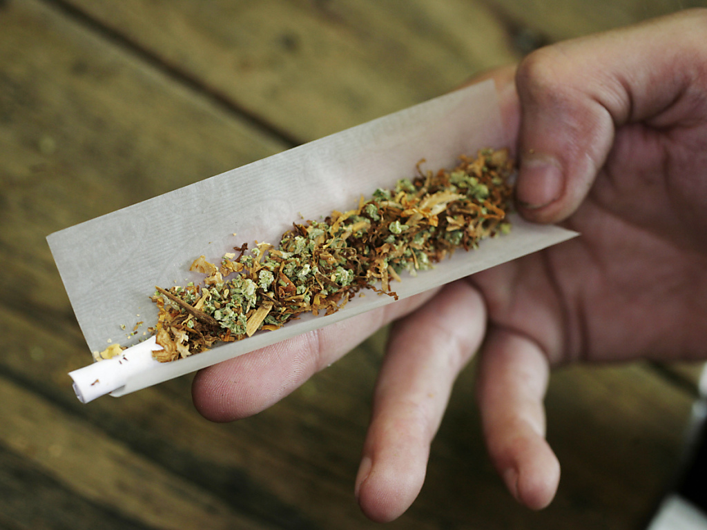 Le cannabis légal embarrasse la police et ouvre une brèche