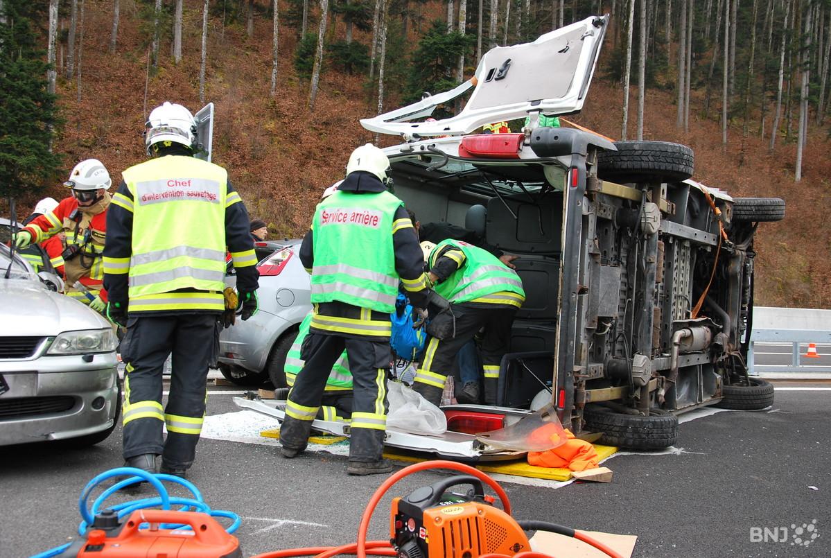 Thumbnail for Police, ambulances et Rega sur l'A16