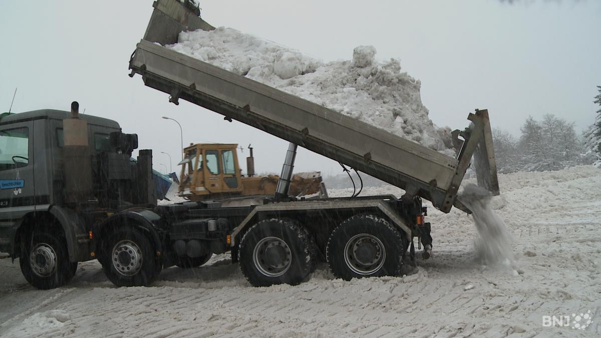 b85f4c0a48f Plusieurs dizaines de camions évacuent la neige de La Chaux-de-Fonds depuis  lundi matin.